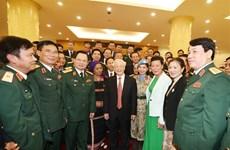 越南人民军建军75周年:国家主席阮富仲亲切会见在建设强大的全民国防体系中的先进模范代表