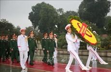 越共中央军委、国防部代表团入陵瞻仰胡志明主席遗容