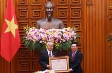 越南国家主席向中共中央对外联络部二局原局长黄群授予友谊勋章