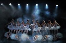 芭蕾舞剧《天鹅湖》即将在室外舞台演出