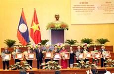 越南国会各集体和个人荣获老挝国家的勋章和徽章