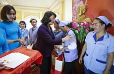 邓氏玉盛春节前夕走访慰问和平省劳动者和困难群众
