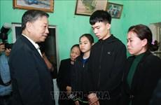 越南公安部部长苏林看望慰问在同心妨碍公务案中牺牲的三名公安干部和战士家属