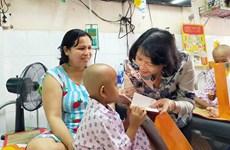 越南国家领导人春节走访慰问癌症患者和贫困劳动者