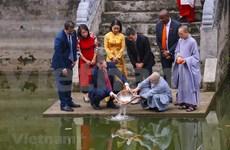 """美国驻越南大使丹尼尔·克里滕布林克在河内欢度越南""""灶王节"""""""