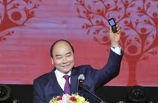 政府总理阮春福参加发短信为穷人捐款活动