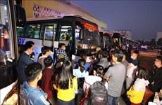 胡志明市举行春节爱心列车活动送贫困职工回家过春节