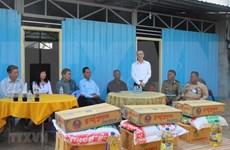 越南驻柬埔寨大使馆助力越裔柬埔寨受灾户搬进新房过佳节
