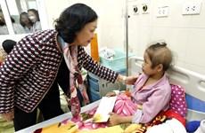 越共中央民运部部长张氏梅亲切慰问癌症患者
