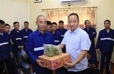 越南驻老挝大使馆向被刑拘和服刑期间的越南籍犯罪嫌疑人及犯人赠送春节礼物