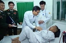 越南政府副总理武德儋向病人赠送春节礼物