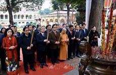 越南党和国家领导来到升龙皇城上香并参加新春植树活动