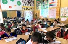 在寒冷的冬季给上学的孩子们送温暖之心