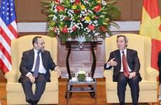 越共中央经济部部长阮文平会见美国财政部部长代助理米歇尔·西尔克