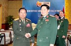 2020东盟轮值主席年:越南国防部长吴春历与老挝国防部长占沙蒙•占雅拉举行会晤