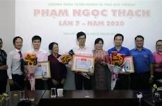 胡志明市团市委向28名年轻医师颁发范玉石奖