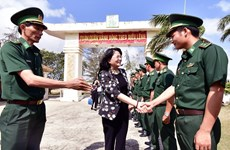 越南国家副主席邓氏玉盛莅临金瓯省调研