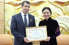 """越南向阿塞拜疆驻越南大使颁授""""致力于各民族和平友谊""""的纪念章"""