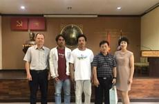越南驻泰国大使馆接收海上获救的两名越南渔民