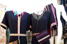 把埃德族同胞的传统土锦图案绣到现代服装上