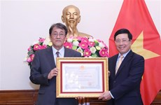 越南政府副总理兼外长范平明向日本驻越大使授予友谊勋章