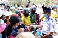 越南海警察司令部向朔庄省干旱和海水入侵灾民捐赠生活用水和医用口罩