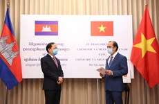 越南捐赠老挝和柬埔寨医疗设备及物资 越航将其运送到老柬两国