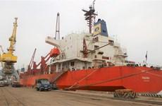 海防港迎接3艘大型货船进港