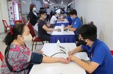 胡志明市近2000名青年和工人参加无偿献血活动