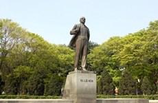纪念列宁诞辰150周年:河内市政府领导向列宁塑像献花