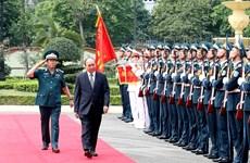 政府总理阮春福走访越南防空空军军种司令部