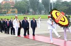 南方解放实现国家统一45周年:越南党和国家领导人拜谒胡志明主席陵墓