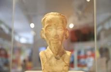 胡志明主席诞辰130周年:由昆岛监狱里的共产主义战士暗藏的胡志明主席半身雕像首次对外展出