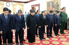 越南党和国家领导代表团来到老挝驻越南大使馆吊唁原老挝总理西沙瓦·乔本潘大将