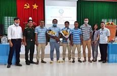 朔庄省边防部队向印尼移交获救的五名印尼籍公民