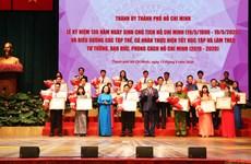 胡志明主席诞辰130周年:河内和胡志明市数百名优秀青年受表彰