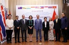 越南象征性地将防疫物资移交给8个国家