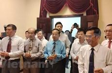 胡志明主席诞辰130周年:旅居柬埔寨越南人上香缅怀胡志明主席