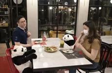 在泰国的越南餐厅采用创新的隔离式就餐办法