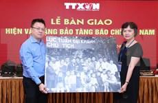 越南革命新闻日95周年:越通社向越南新闻博物馆移交传统实物