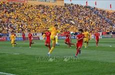 外媒发表文章高度评价越南足球甲级联赛重启 上万球迷坐满球场