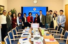 越南驻瑞士大使馆向旅瑞越南人赠送口罩