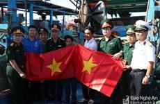 第四军区武装力量向乂安省渔民赠送4500面国旗