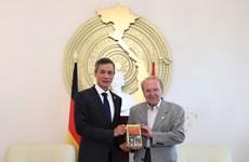 德国记者向越南驻德大使赠送其编写的《胡志明政治传记》一书