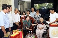 越南国会主席阮氏金银看望越南英雄母亲和政策优抚家庭