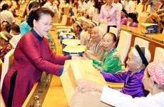 国会主席阮氏金银与300位越南英雄母亲会面