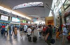 新冠肺炎疫情:岘港市协助游客办理离开手续