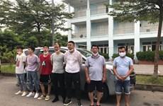 越南交警在内排-老街高速公路发现非法入境的5名中国人