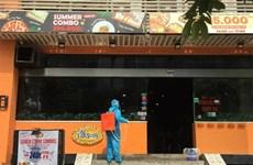 河内市因出现新冠肺炎疑似病例封锁一家比萨餐厅