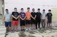 广宁和西宁两省边防部队抓到多名非法出入境人员并把他们送到隔离区